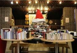 """Idén a sclerosis multiplex betegeknek segít a """"könyvkarácsonyfa"""" a Somogyi Könyvtárban"""